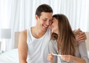 Фото - Радостная молодая пара. Подтверждение беременности При искусственном оплодотворении. ЭКО в Украине Клиника Грищенко.